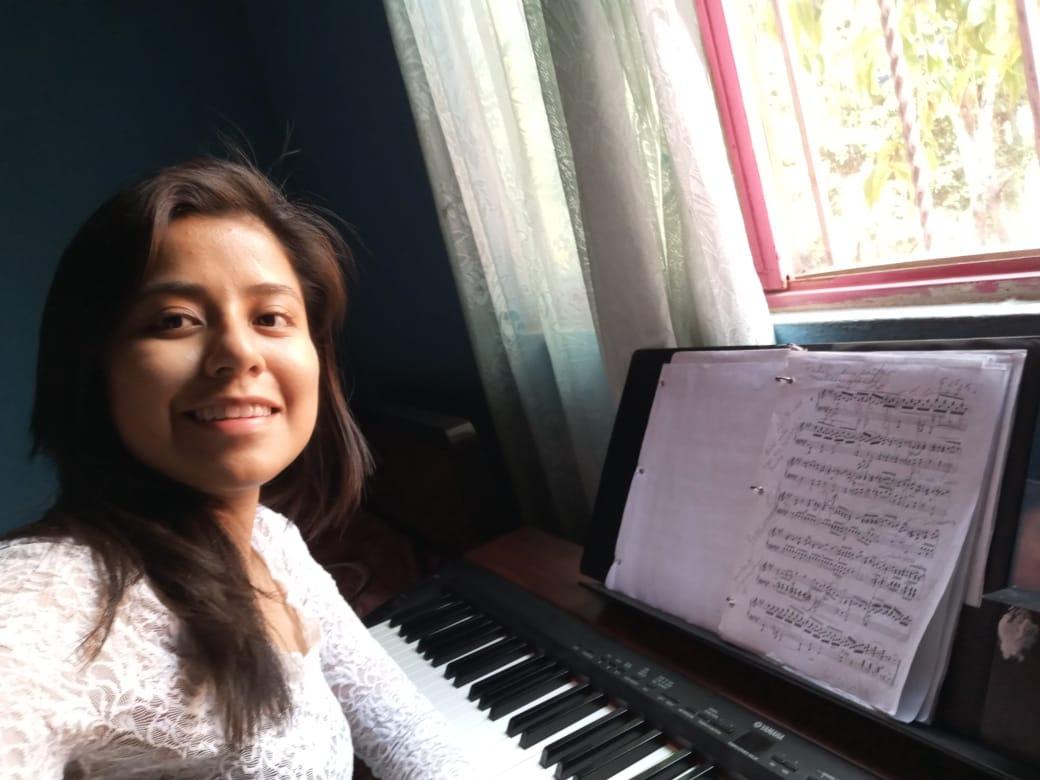 Gracias a nuestros donadores, Lupita tiene un piano para practicar
